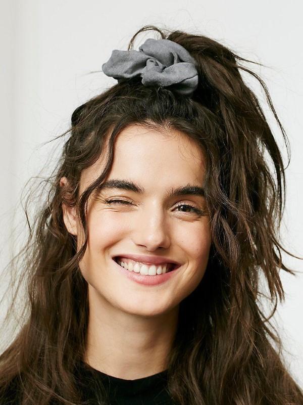 90er-Jahre-Frisuren feiern ein Comeback mit coolen Schnitten und Styles halb hoch halb runter mit Scrunchie