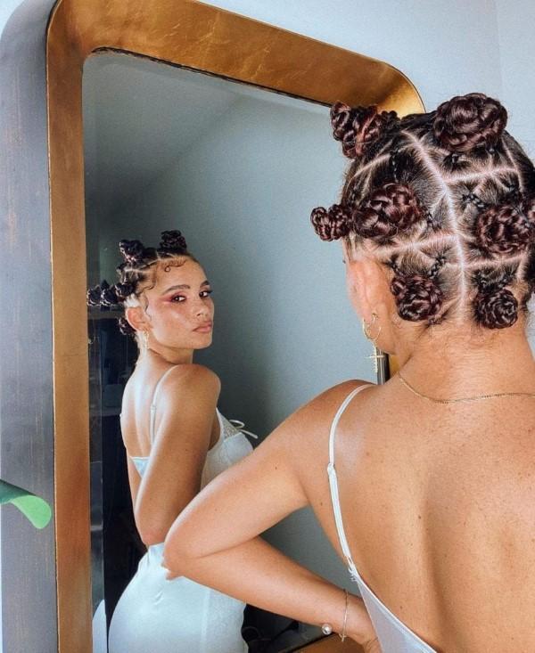 90er Jahre Frisuren feiern ein Comeback mit coolen Schnitten und Styles Space Buns Afro Hair