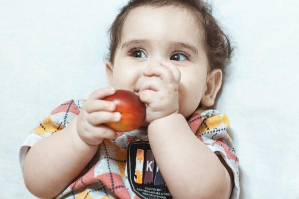 Babybrei Rezepte und Tipps für eine gesunde und schmackhafte Beikost baby isst pfirsich