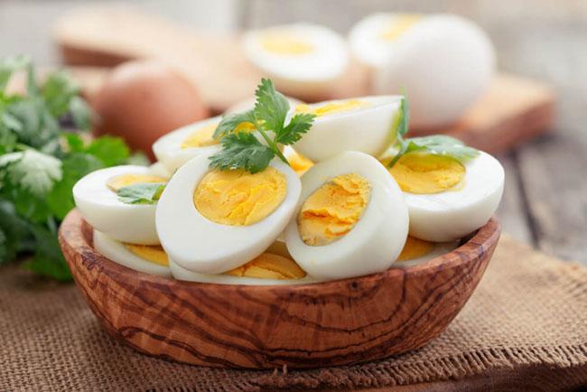 Diät-Regeln gekochte Eier gesund abnehmen enthalten hochwertiges Eiweiß kaum Kohlenhydrate wenig Fett