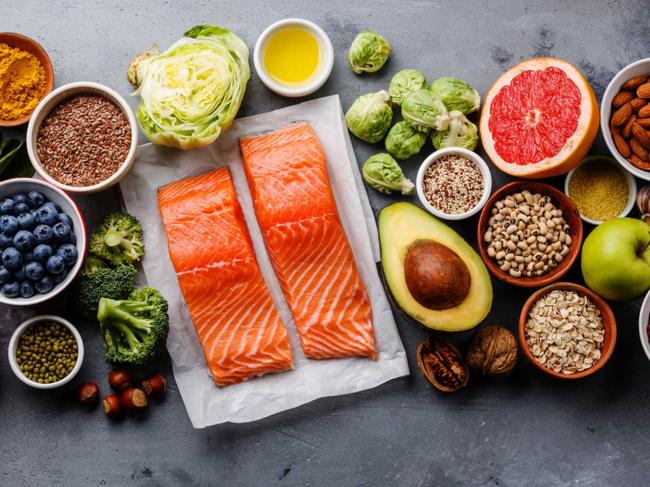 Diät-Regeln gesunde Fette zu sich nehmen Lachs Avocado Nüsse Obst und Gemüse Hülsenfrüchte