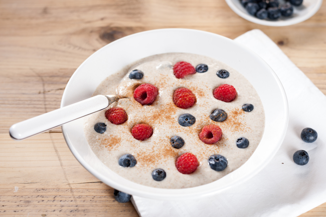 Diät-Regeln gesundes Frühstück Joghurt mit Brombeeren und Himbeeren
