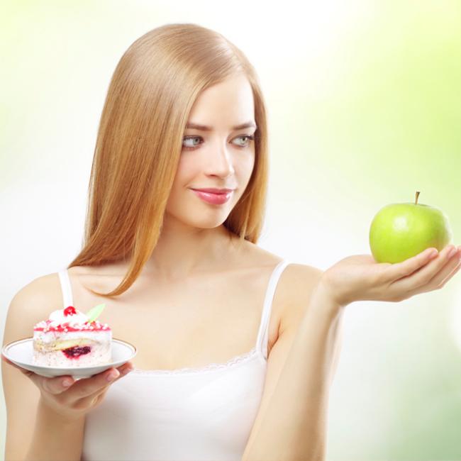 Diät-Regeln junges Mädchen in Zweifel Apfel essen oder sich etwas Süßes gönnen