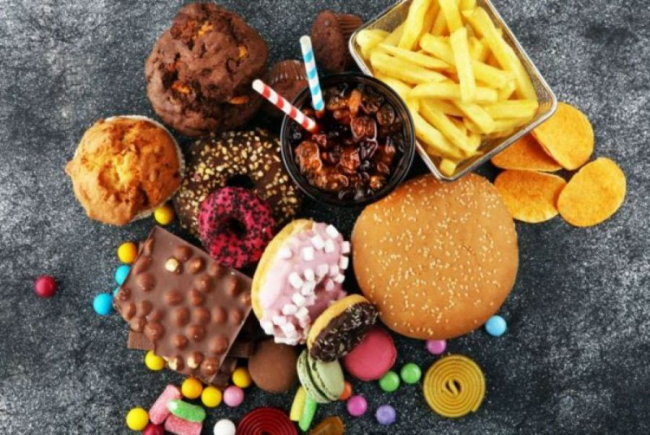 Diätfallen Fast Food viele Leckereien zu viele Kalorien vom Speiseplan durchzustreichen
