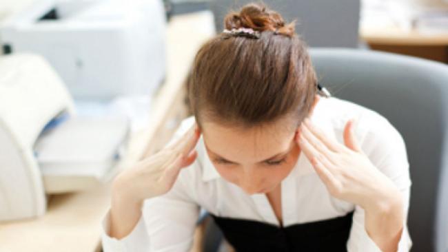 Diätfallen junge Frau am Tag vor der Periode Kopfschmerzen und Depressionsgefühle