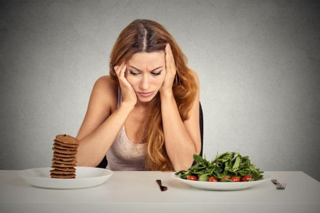 Diätfallen junge Frau im Zweifel Salat oder Leckeres Fehler in der Ernährung