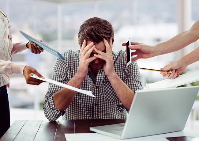 Diätfallen junger Mann im Büro unter Stress Telefonate viel Arbeit Nerven lieber abschalten