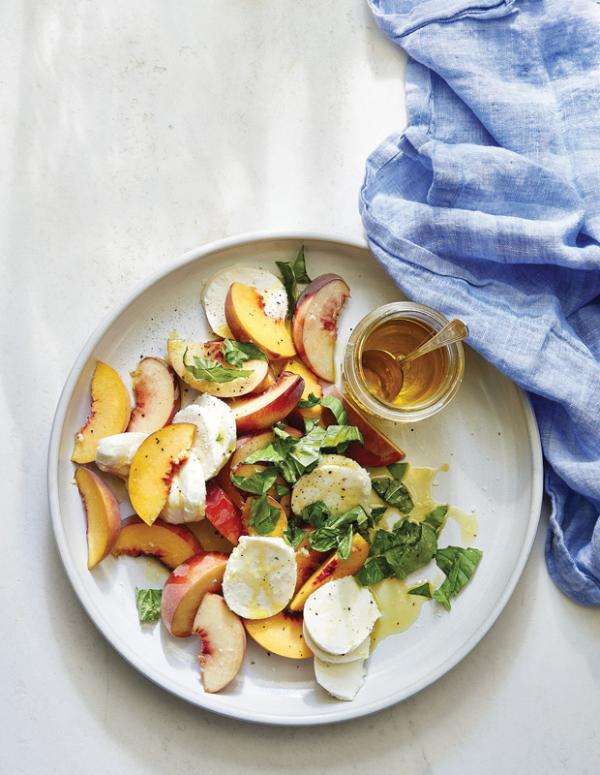 Frische Sommersalate Caprese Salat mit Pfirsichen Geschmack aus Italien