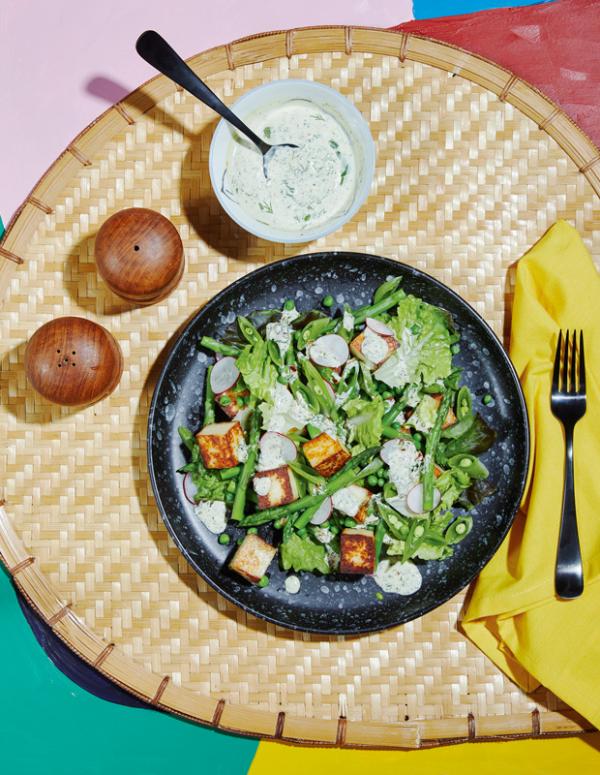 Frische Sommersalate Erben Kopfsalat Croutons mit weißer Sauce garniert