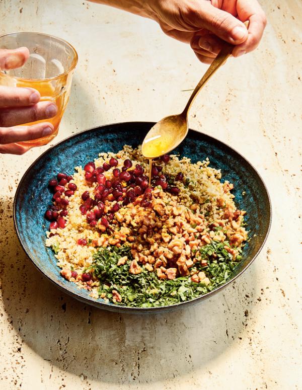 Frische Sommersalate Freekeh mit Granatapfel Walnüsse Minze Geschmackskombination aus der nordafrikanischen Küche