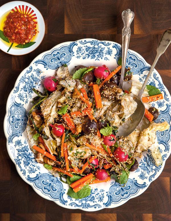 Frische Sommersalate Kohlsalat mit Gemüse Radieschen Karotten und Samen