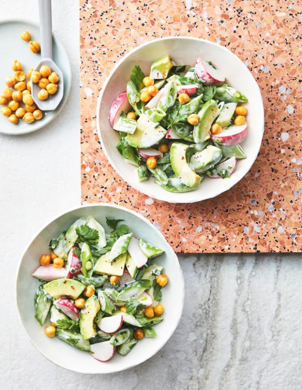 Frische Sommersalate Kopfsalat Avocado in Stücke geschnitten Radieschen mit pikanter Sauce