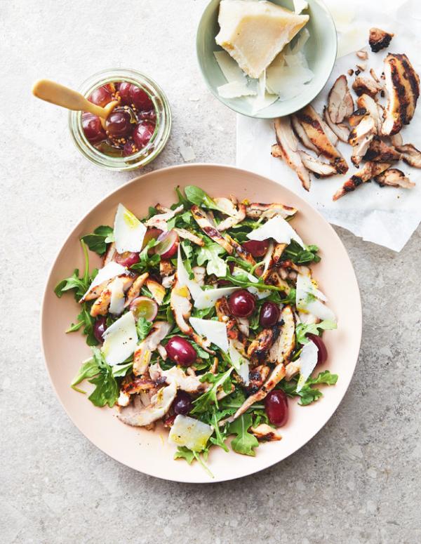 Frische Sommersalate Kopfsalat mit Tafelspitz mit Oliven