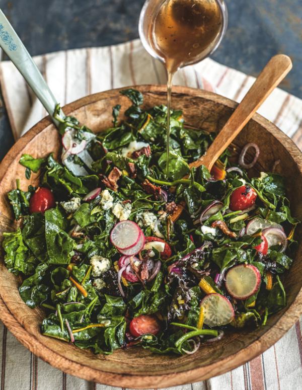 Frische Sommersalate Mix aus leicht gedünstetem Gemüse mit Vinaigrette