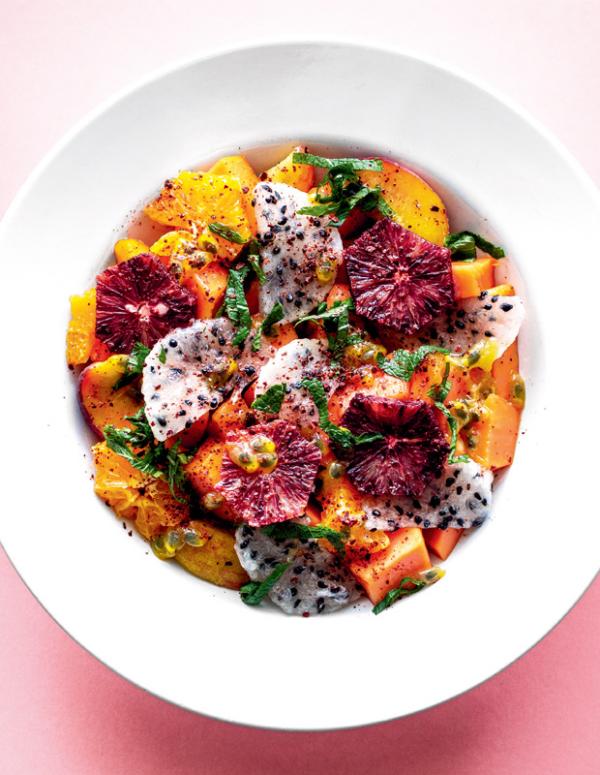 Frische Sommersalate Obstsalat Mandarine Papaya Drachenfrucht Pfirsich alles in Scheiben geschnitten