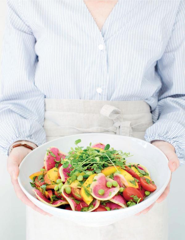 Frische Sommersalate Salat mit Nektarinen Tomaten Radieschen schmeckt sommerlich