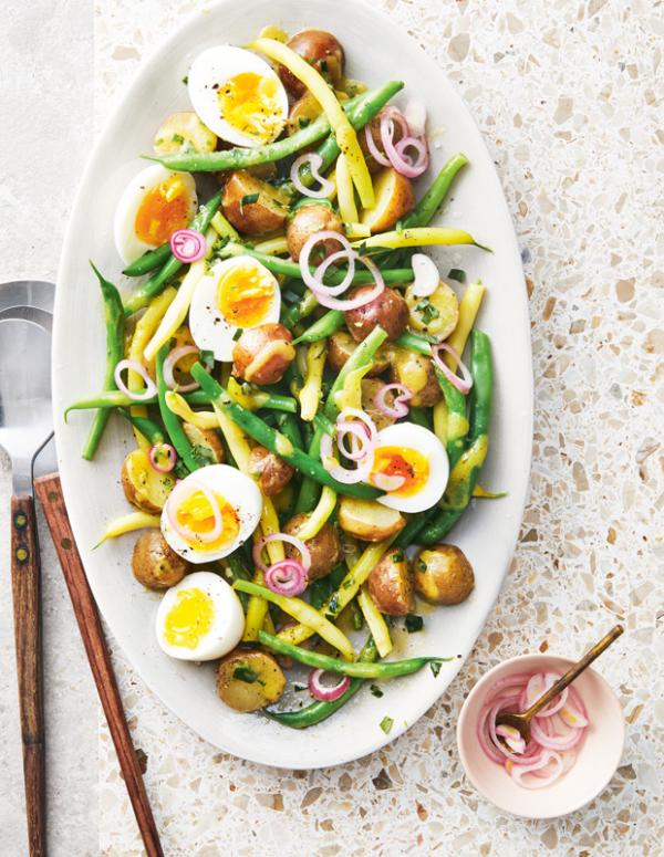 Frische Sommersalate französischer Bistro-Salat mit gekochten Eiern grüne Bohnen dazu