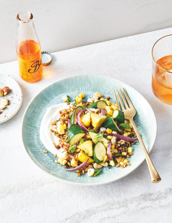 Frische Sommersalate gegrillte Zucchini mit Maiskörnern
