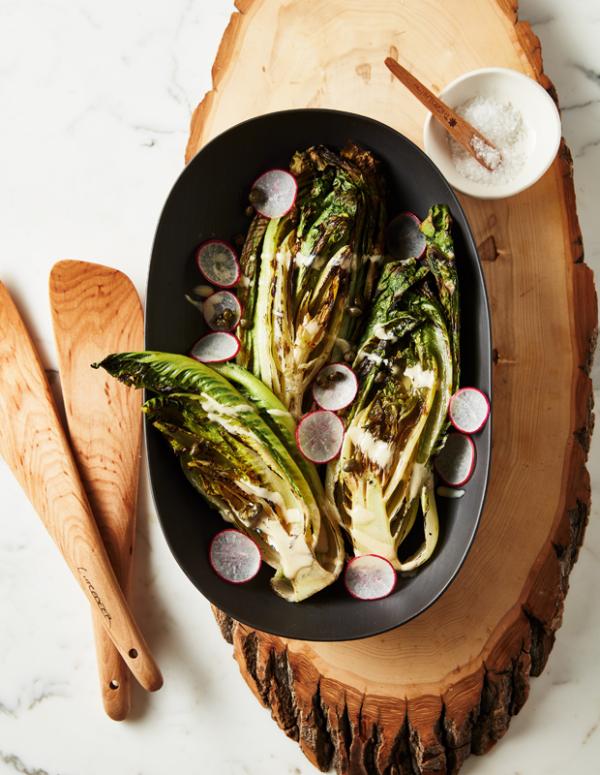 Frische Sommersalate gegrillter Kopfsalat mit Radieschen