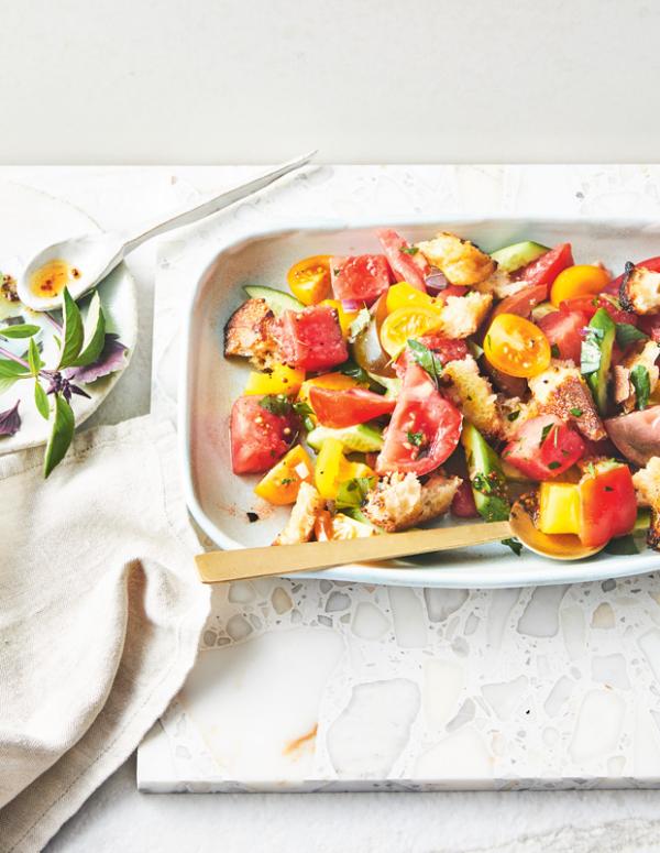Frische Sommersalate italienisch mit Wassermelone Tomaten Gurken und Croutons