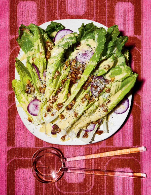 Frische Sommersalate veganer Salat Tahini Caesar genannt ein Klassiker aus dem Nahen Osten