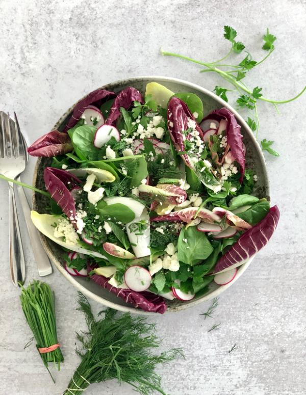 Frische Sommersalate vegetarisch mit Kopfsalat Radieschen Fetakäse