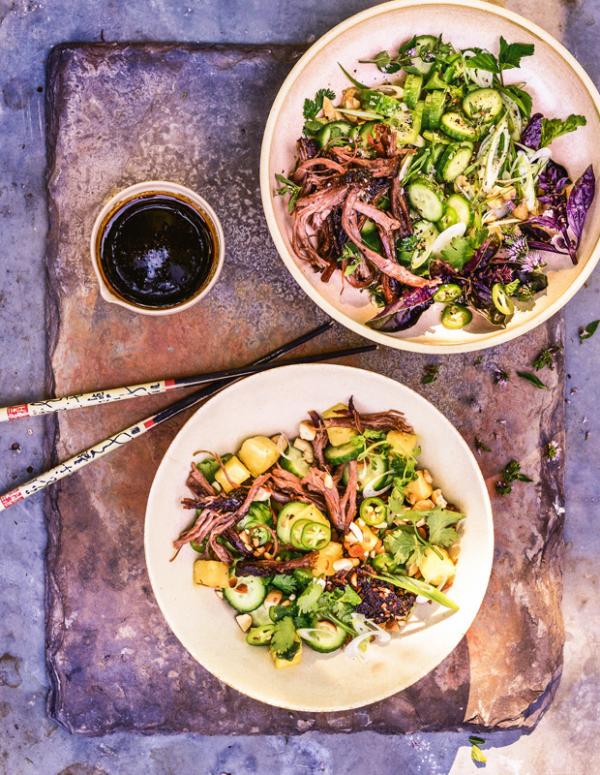 Frische Sommersalate vietnamesischer Salat mit Meeresfrüchten und Gemüse