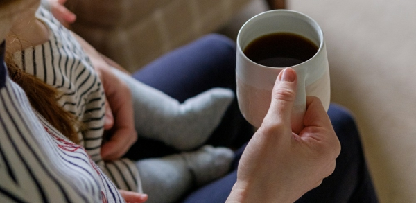 Geschenk für frischgebackene Mama beim Kaffeetrinken