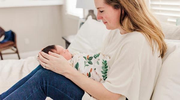 Geschenk für frischgebackene Mama Sofa Mama und Baby