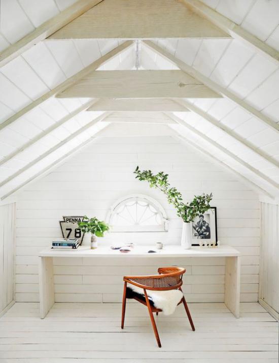 Heimbüro auf dem Dachboden alles weiß zwei grüne Topfpflanzen viel Tageslicht sich wohlfühlen während der Arbeit