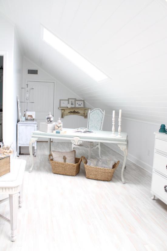 Heimbüro auf dem Dachboden bescheiden eingerichtet Schreibtisch unter dem Dachfenster genügend Tageslicht