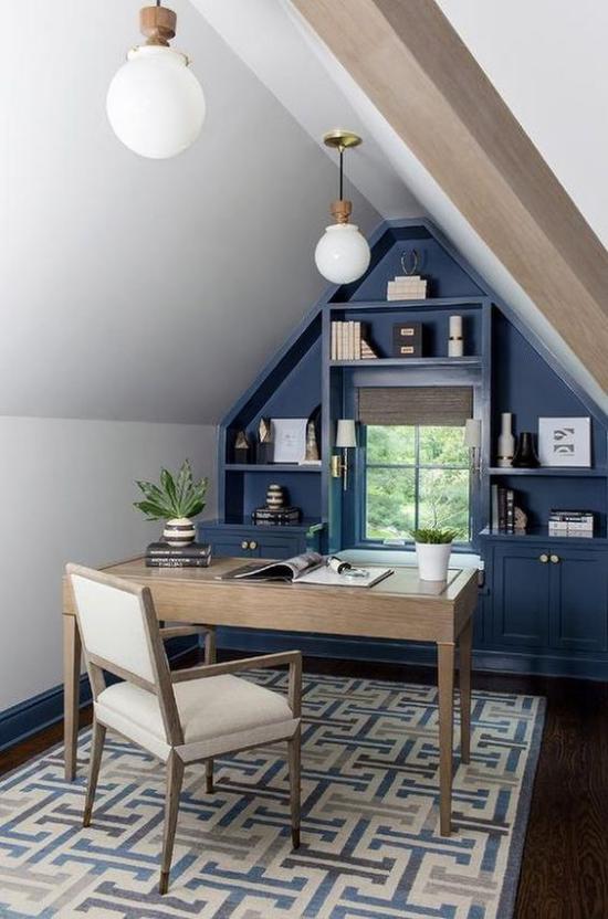 Heimbüro auf dem Dachboden blaue Regalwand unter der Schräge clevere Idee helles Ambiente Möbel aus hellem Holz Teppich