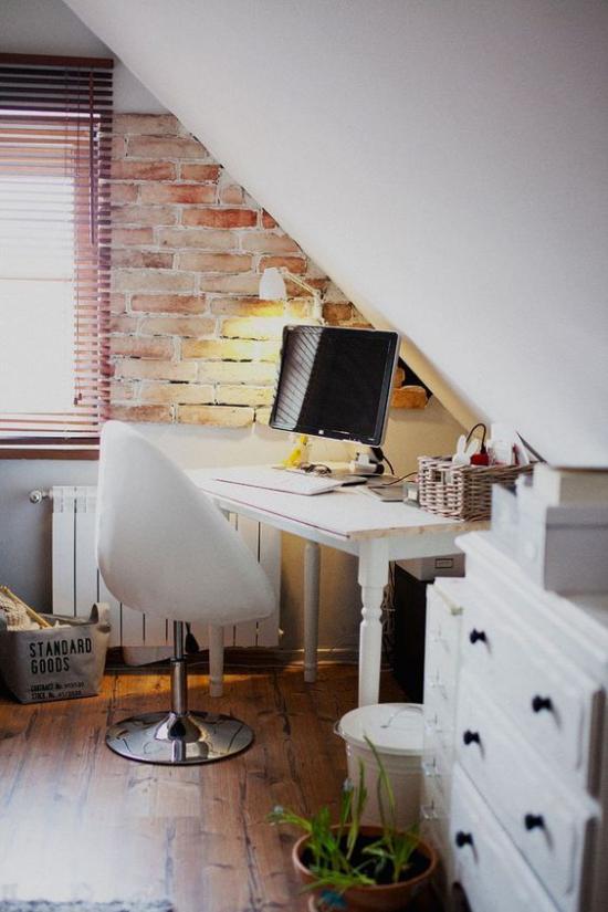 Heimbüro auf dem Dachboden eine kleine unbearbeitete Ziegelwand als Blickfang