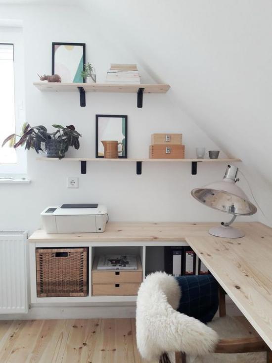 Heimbüro auf dem Dachboden gemütlich und romantisch helles Holz Schafdecke auf dem Stuhl Regal Korb Staumöglichkeiten alte Schreibtischlampe