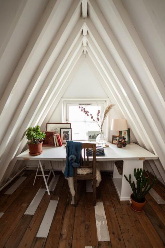 Heimbüro auf dem Dachboden grüne Topfpflanzen erfrischen die Raumatmosphäre grüne Note mitbringen