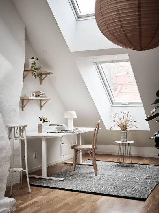 Heimbüro auf dem Dachboden idealer Ort zum Arbeiten Weiß dominiert grauer Teppich zwei Dachfenster viel Tageslicht