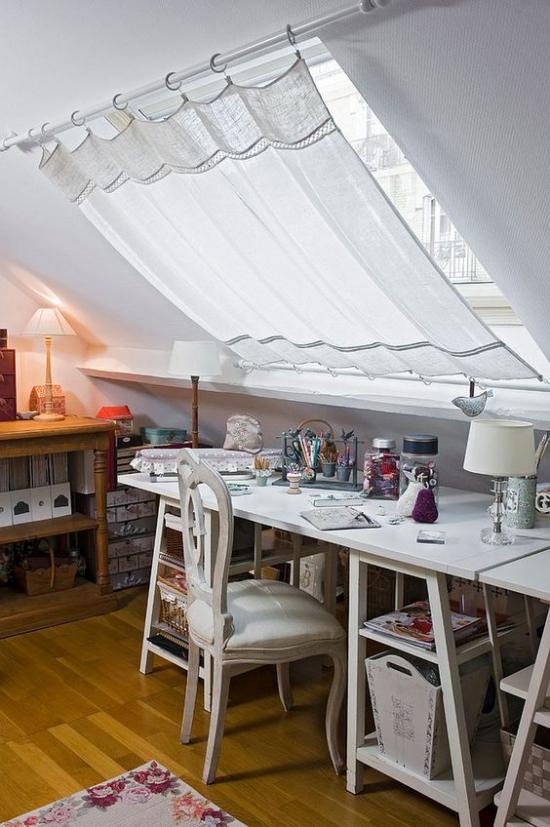 Heimbüro auf dem Dachboden kleiner Raum Schreibtisch vor dem Dachfester Sichtschutz