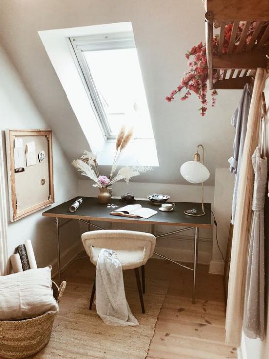 Heimbüro auf dem Dachboden kleiner Raum etwas ungeordnet weiche Texturen Blumen Dachfenster Tisch Stuhl