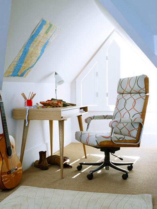 Heimbüro auf dem Dachboden kleiner Raum unter dem Dach Dachfenster Tisch Stuhl Gitarre