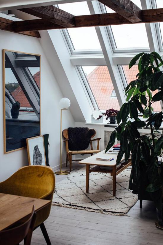 Heimbüro auf dem Dachboden optische Täuschung ein großer Wandspiegel links den Raum größer aussehen lassen