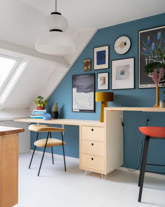 Heimbüro auf dem Dachboden schöne Akzentwand in Blau viele Bilder Blickfang