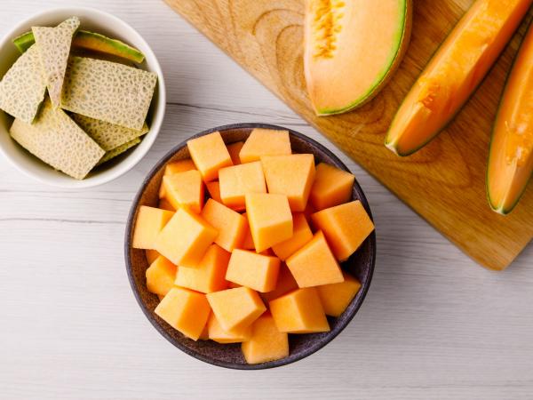 Melonen-Desserts Die Kerne der Honigmelone entfernen und in Würfel schneiden