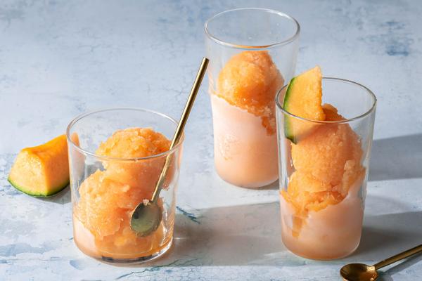 Melonendesserts einfaches Rezept Melonenbällchen im Glas einfrieren und servieren