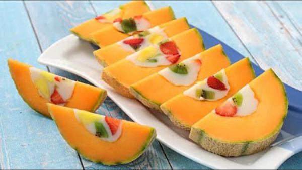 Melonen-Desserts Interessante Idee Honigmelone mit anderen Früchten füllen und einfrieren und in Scheiben schneiden
