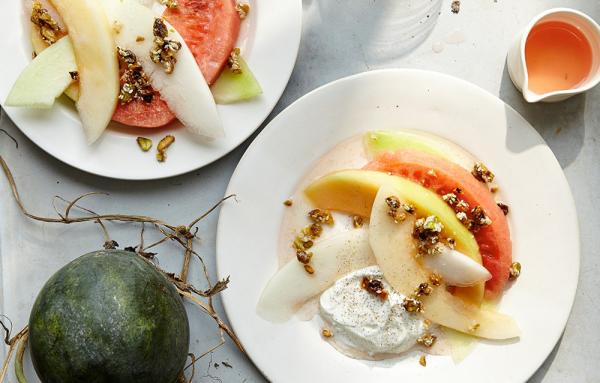 Melonen-Desserts Geschnittene verschiedene Melonensorten kombiniert mit Eis und Nüssen