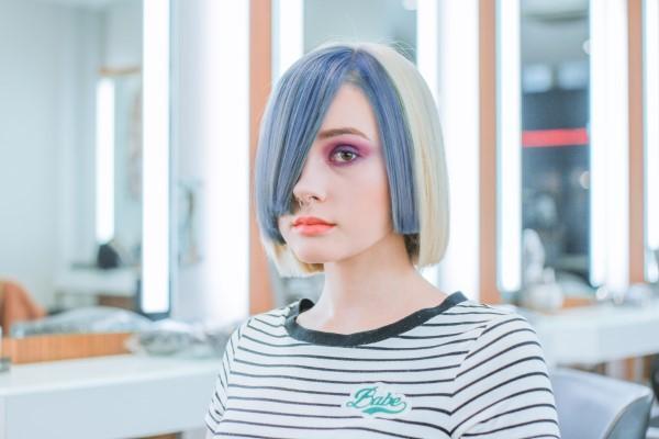 Stilvolle und schöne Frisuren für schulterlange Haare blau farben