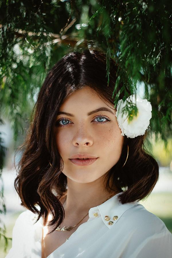 Stilvolle und schöne Frisuren für schulterlange Haare blumen deko accessoire