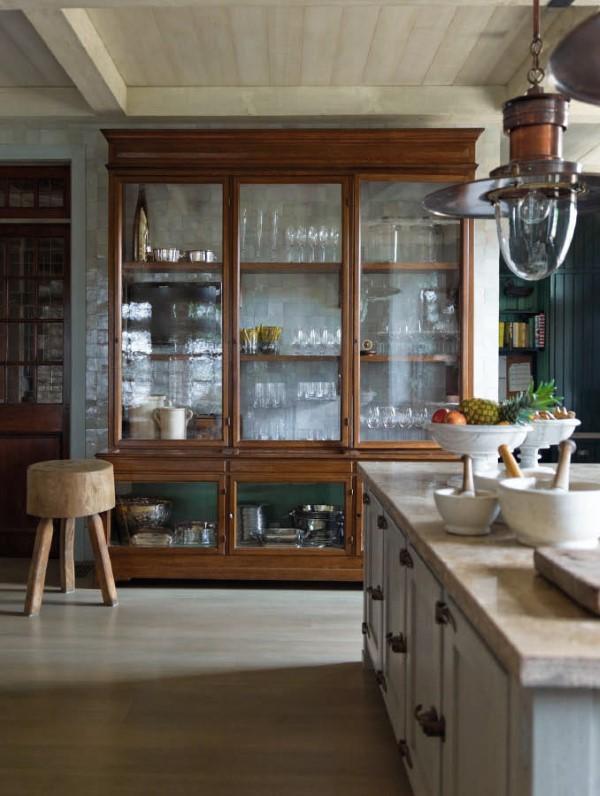 Vitrine dekorieren – Ideen und Tipps für eine gelungene Einrichtung großes regal glas holz