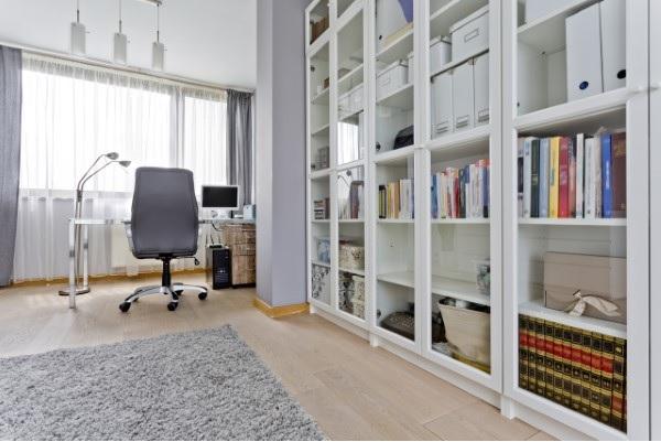 Vitrine dekorieren – Ideen und Tipps für eine gelungene Einrichtung organisation home office heimbüro