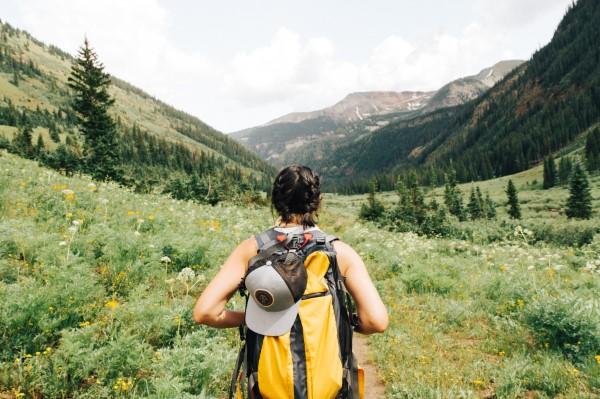 Wandern für die Seele – so gesund ist ein Trekking-Trip durchs Gebirge hiken mit rucksack